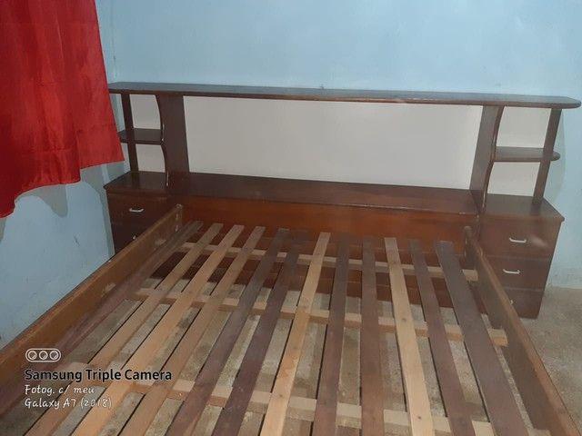Cama de madeira com baú e gavetas