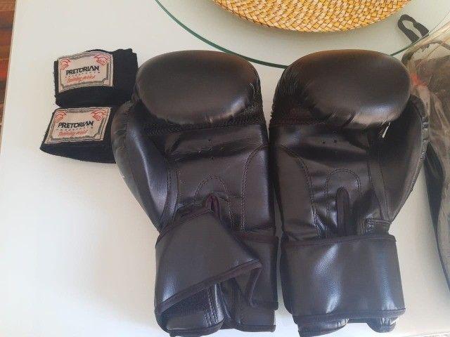Luvas de boxe/muay thai, acompanhando bolsa para guardar a luva e bandagem pretorian - Foto 2