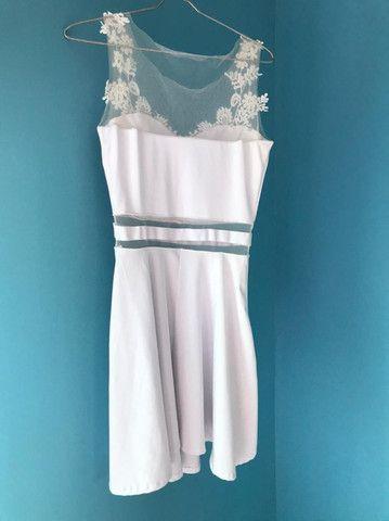 Vestido curto com tule e detalhes em renda - Foto 2