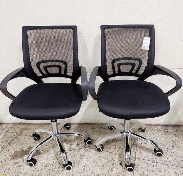 NOVA/NUNCA USADA - Cadeira giratória