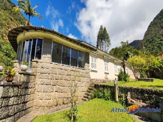 Excelente casa linear com estilo neoclássico, construída em terreno de 5.927 m² , 4 quarto