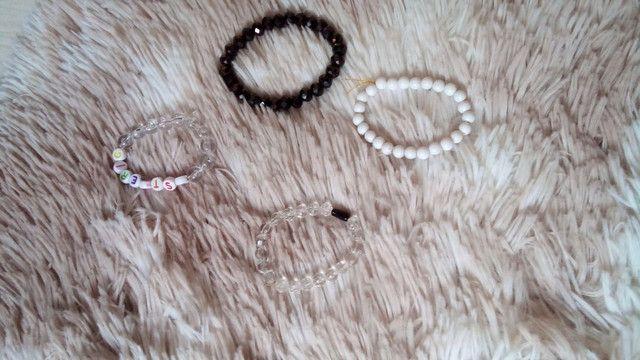Kit com 4 pulseiras branca e preta