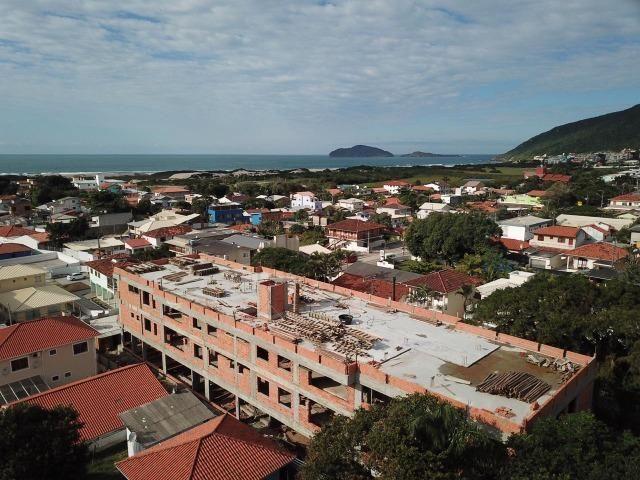 CR- Localizado na avenida principal do Santinho à 500 metros do mar