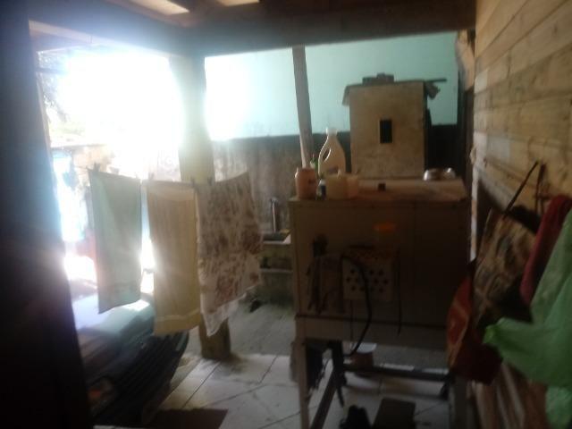 Venda de terreno com casa de madeira - Foto 2