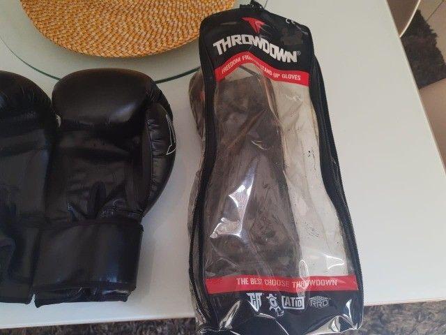 Luvas de boxe/muay thai, acompanhando bolsa para guardar a luva e bandagem pretorian