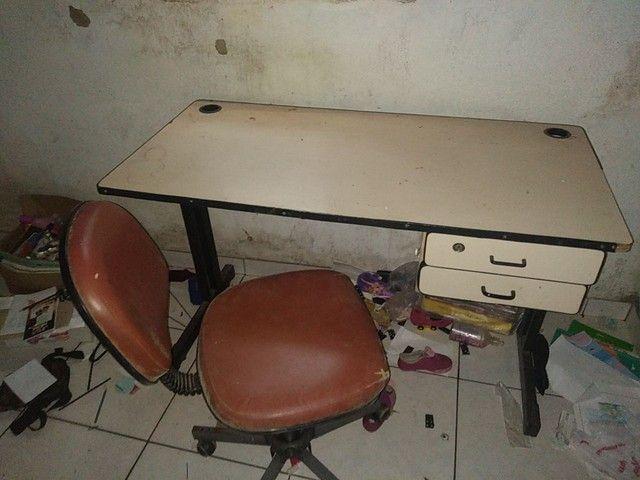 Mesa de escritório com cadeira.
