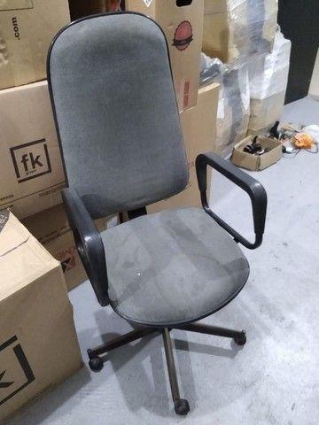 Cadeira Presidente Cinza Giratória - Foto 2