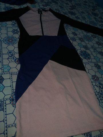Vendo vestido geométrico longo tamanho m de manga longa o tecido de boa qualidade. - Foto 2