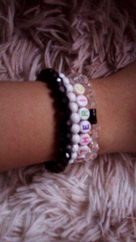 Kit com 4 pulseiras branca e preta  - Foto 2