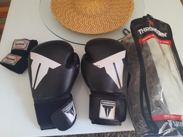 Luvas de boxe/muay thai, acompanhando bolsa para guardar a luva e bandagem pretorian - Foto 4