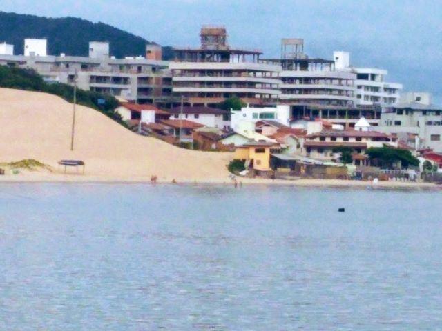 Apartamentos em construção de frente para o mar
