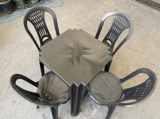 Aproveite promoção de jogo completo mesa e cadeira plástica cor preta pra bares no atacado