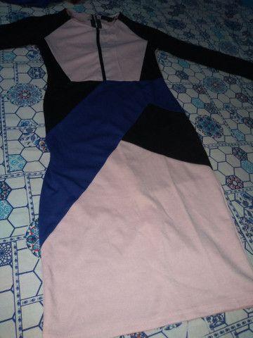 Vendo vestido geométrico longo tamanho m de manga longa o tecido de boa qualidade. - Foto 3