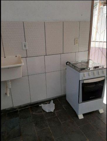 Aluga se um apartamento mobiliado bem localizado - Foto 2