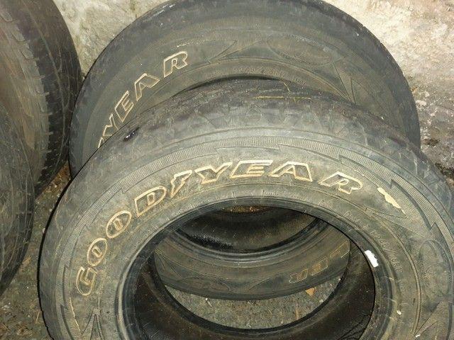Vendo ou troco  pneus para camionete aro 17 - Foto 6