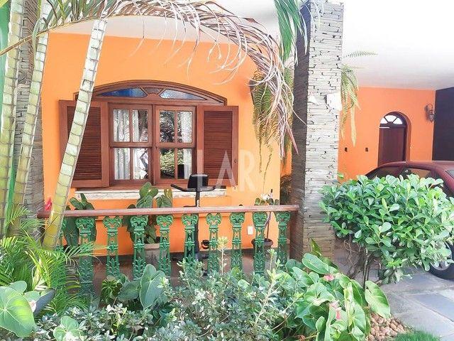 Casa com 04 quartos e excelente localização