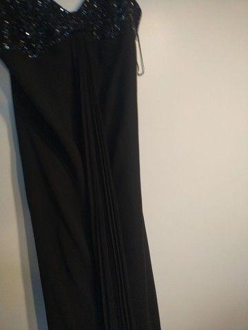 Vestido festa bordado e com echarpe plissada longa - Foto 3