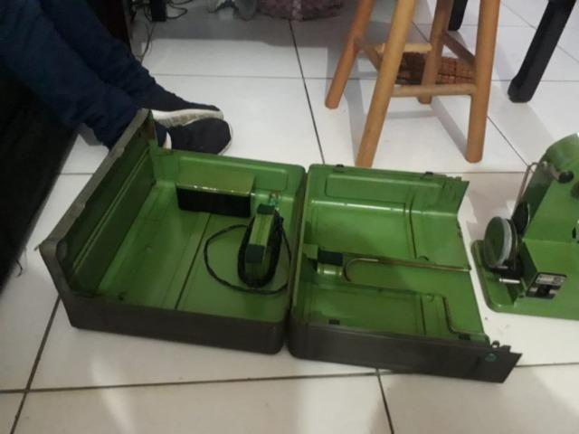 Raridade máquina de costura antiga ELNA completa - Foto 4