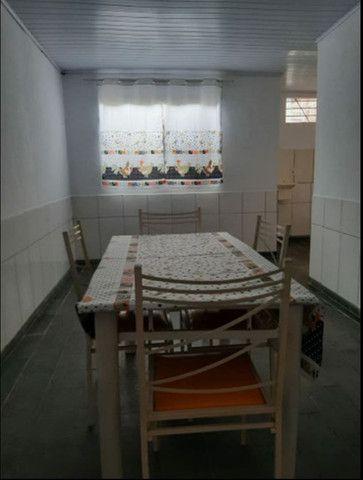 Aluga se um apartamento mobiliado bem localizado