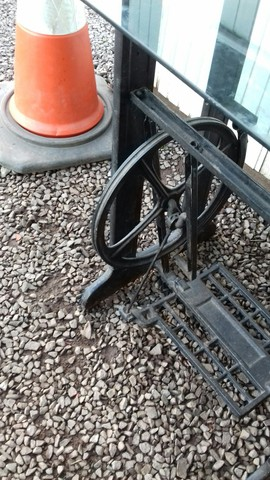 Máquina costura antiga. , apenas o pé. , mesa. - Foto 2