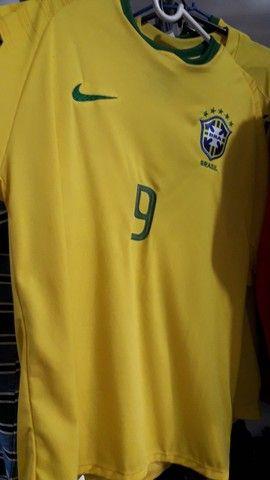 Camisa esportiva da seleção brasileira.