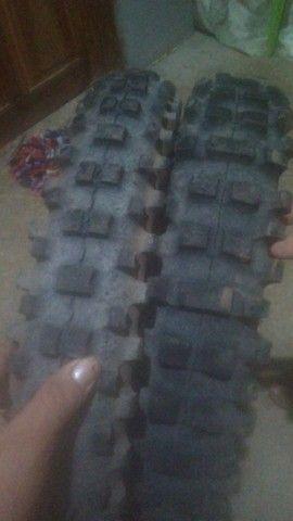 Par de pneus da bros