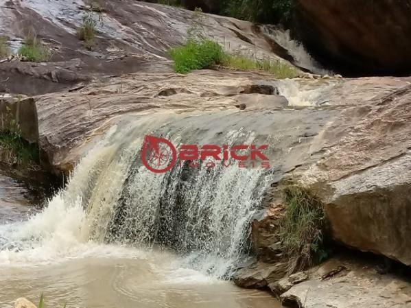 Sítio em teresópolis com cachoeira, nascente, terra para plantação e árvores frutíferas.