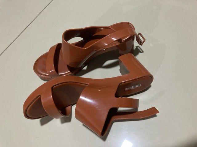 Sandália Melissa 36 marrom caramelo - Foto 2