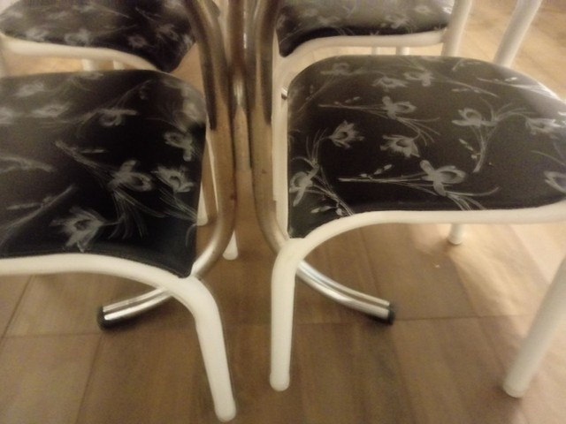 Mesa de compensado com 6 cadeiras apenas 300 reais - Foto 2