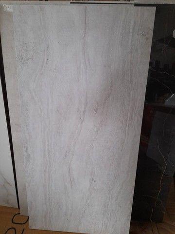 "Porcelanato acetinado travertino nanova grigio natural retificado ""C"" 60x120"