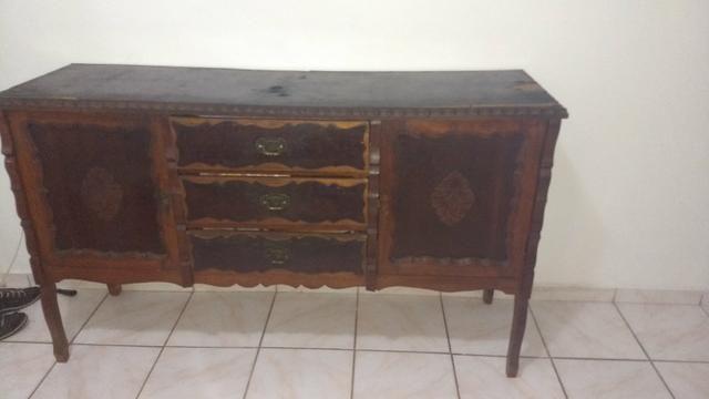 Armário de madeira maciça antigo
