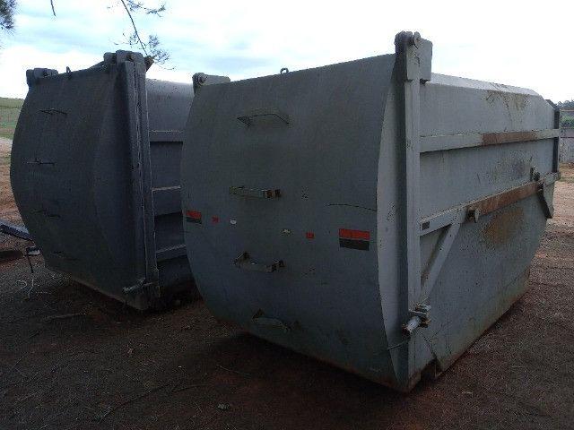 Duas Caçambas compactadoras de lixo