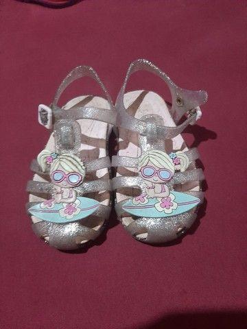 2 calçados pantufa 24/25 sandália 25/26 - Foto 3