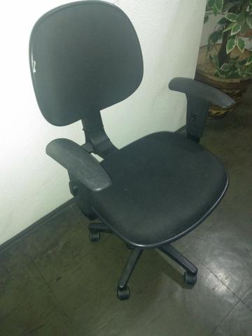 Vendo Cadeira Preta de Rodinhas Modelo Lucarelli - Foto 2
