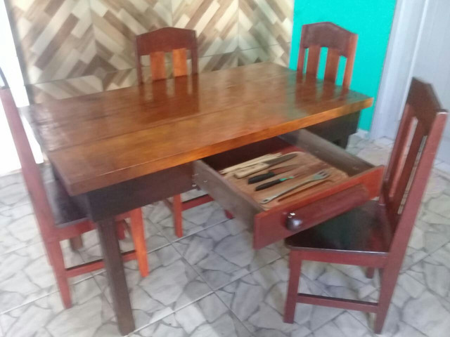 Mesa 0,82 X 1,48 com 4 cadeiras e gaveta