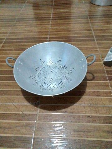 Escorredor de arroz e macarrão semi novo - Foto 2