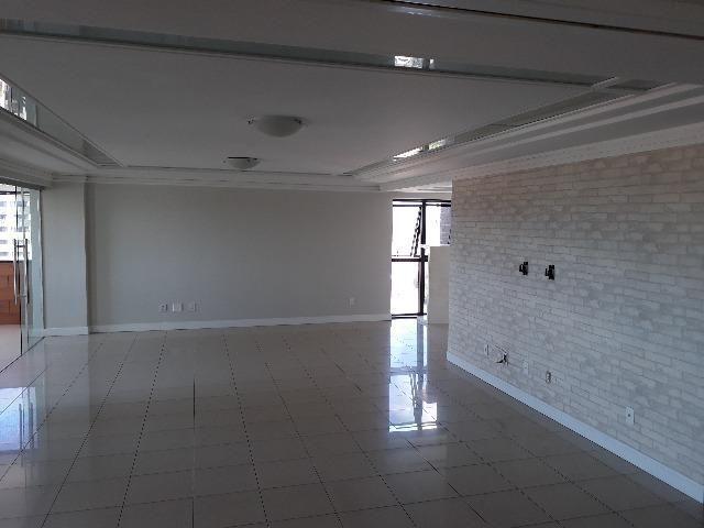 Excelente apartamento alto-padrão em Candelária com 4 quartos sendo 3 suítes com closet e