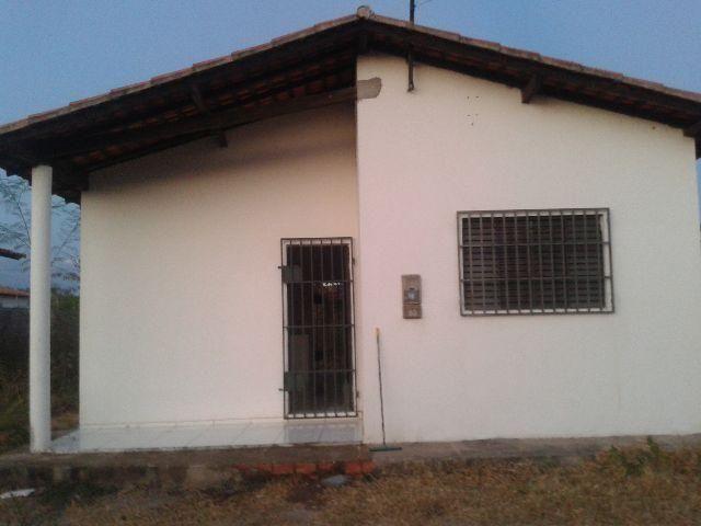 Alugo casa na zona sudeste, com 2 quartos, sala, cozinha, varanda e banheiro social