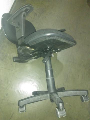 Vendo Cadeira Preta de Rodinhas Modelo Lucarelli - Foto 3