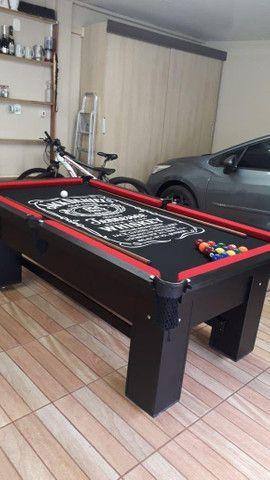Mesa de Bilhar Preta TX Tecido Preto Bordas Vermelhas Personalizada Jack Daniels Modelo - Foto 4