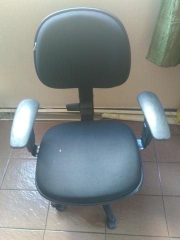Vendo Cadeira Preta de Rodinhas Modelo Lucarelli