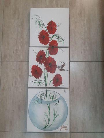 Quadro decorativo flores vermelhas no vaso de vidro fundo branco - Foto 4