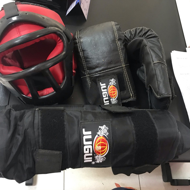 Kit mai thai boxer composto por par de luvas capacete e protetor antebraço  - Foto 4