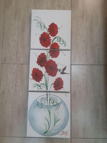 Quadro decorativo flores vermelhas no vaso de vidro fundo branco