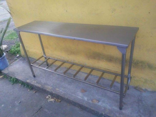 Vendo esta mesa de apoio com prateleira treliçada - Foto 3