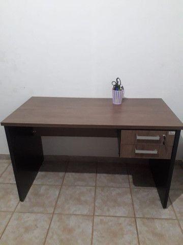 Escrivaninha de escritório em MDF