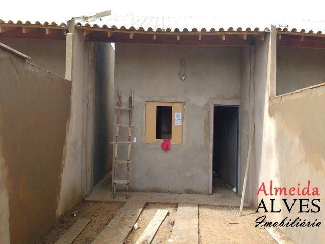 Casa com 2 quartos e corredor lateral