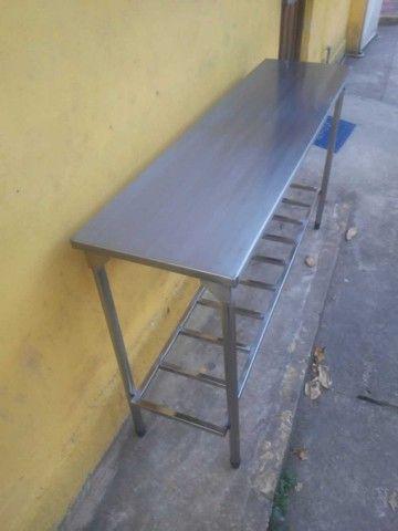 Vendo esta mesa de apoio com prateleira treliçada