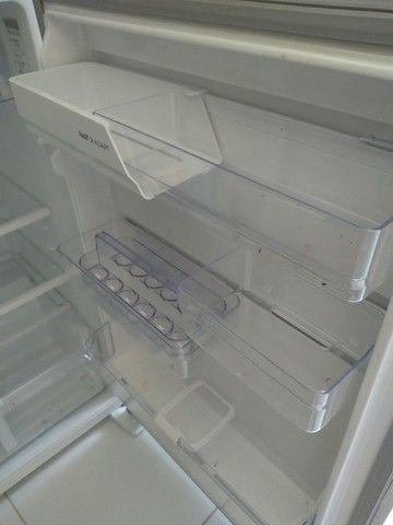 Geladeria eletrolux  um ano de uso ,obiservaçao com vazameto no gabinete  - Foto 2