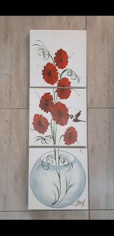 Quadro decorativo flores vermelhas no vaso de vidro fundo branco - Foto 5